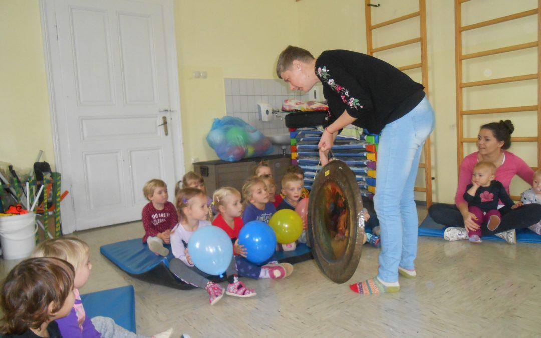 Otroci se spoznajo z glasbilom GONG